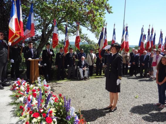 Marie-Paule Demiguel, sous-préfète de Saint-Gaudens saluant le monument aux Martyrs