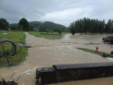 Le golf sous l'eau au niveau du ruisseau sur la route de Cassagne