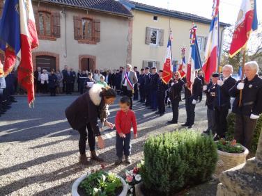Cassagne - Les enfants déposent les fleurs au monument aux Morts