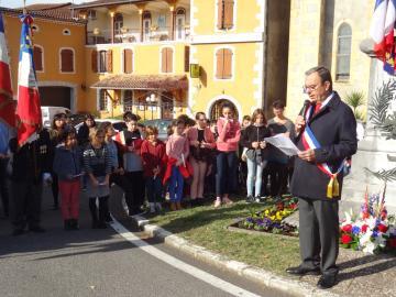 Michel Masquere maire de Mane et les enfants de l'école